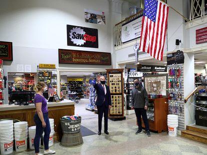 El presidente de Estados Unidos, Joe Biden, en una ferretería de Washington beneficiada por las ayudas estatales de su gobierno.