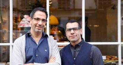 Yotam Ottolenghi, cocinero y escritor israelí, y, a la derecha, su socio palestino Sami Tamimi.