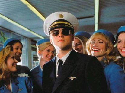 Leonardo DiCaprio se hace pasar por un piloto de la aerolínea Pan Am en 'Atrápame si puedes' (2003).