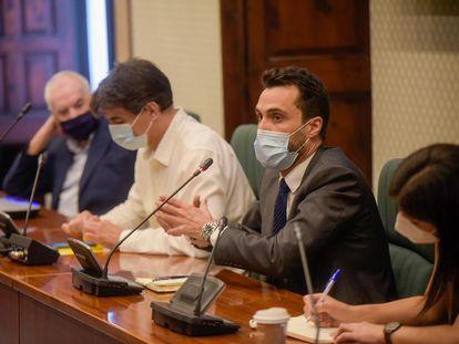 Los diputados Ernest Maragall (izq,), Sergi Sabrià y Roger Torrent (der.) en la reunión del grupo de ERC en el Parlament