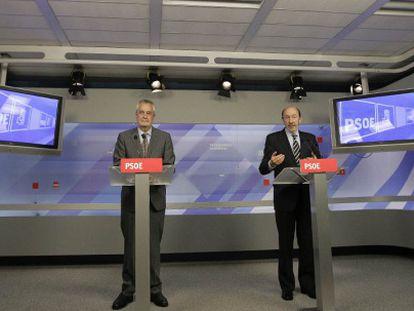 Griñán (a la izquierda) y Pérez Rubalcaba, en la sede federal del PSOE.
