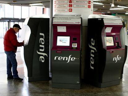 Un viajero compra un billete en la estación de Madrid-Atocha.