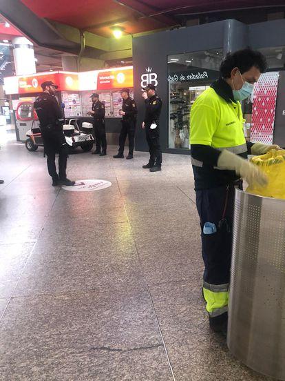 Policías sin mascarilla, en la estación de Cercanías de Atocha esta mañana. L. F.