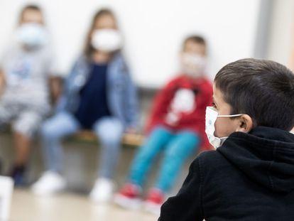 Alumnos del colegio López Ferreiro de Santiago de Compostela asisten a las primeras clases el pasado septiembre.