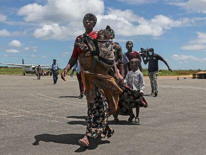 Desplazados tras el ataque a la ciudad de Palma llegaban al aeropuerto de Pemba el pasado 2 de abril.