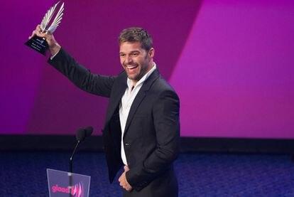 El cantante puertoriqueño Ricky Martin recibió anoche el galardón <i>Vito Russo</i> de la Glaad (Alianza de gays y lesbianas en contra de la difamación, en su sigla inglesa) por conversar publicamente en el programa televisivo de Oprah Winfrey sobre su homosexualidad y su decisión de salir del armario. El premio <i>Vito Russo</i> homenajea cada año al personaje que más haya promovido la igualdad de derechos de esa comunidad ante los medios de comunicación.