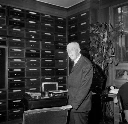 Louis de Broglie en su oficina de la Academia de las Ciencias de París, en 1967.