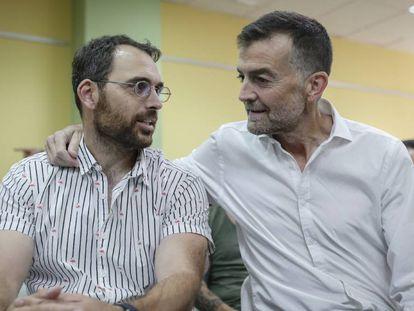 El nuevo líder andaluz de IU, Toni Valero (izq.), junto a Antonio Maíllo.
