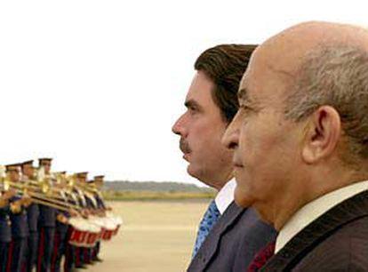 El primer ministro marroquí, Abderramán Yusufi (derecha), junto con José María Aznar en mayo de 2000.