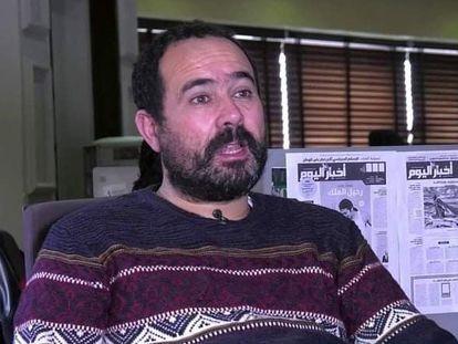 El periodista Suleimán Raisuni, en la redacción del diario 'Ajbar al Yaum' en Casablanca, en una imagen de 2019.