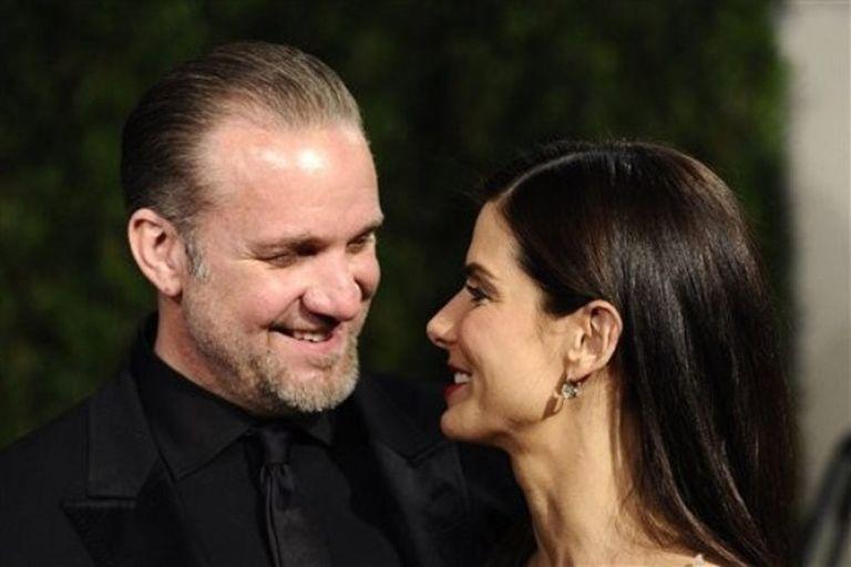"""El marido de Sandra Bullock, Jesse James, ha abandonado el centro de rehabilitación tras un mes ingresado para tratarse de sus """"problemas personales"""" a raíz de unas supuestas infidelidades, <a href=""""http://www.people.com/people/article/0,,20364005,00.html"""" target=""""_blank"""">informa hoy la revista <i>People</i></a>. James, de 40 años, fue visto el lunes en los alrededores de su casa en Los Ángeles junto con sus hijos, a los que llevaba a la escuela. El esposo de Bullock, quien presuntamente ha mantenido relaciones extra matrimoniales con al menos cuatro mujeres, no llevaba puesto el anillo de casado."""
