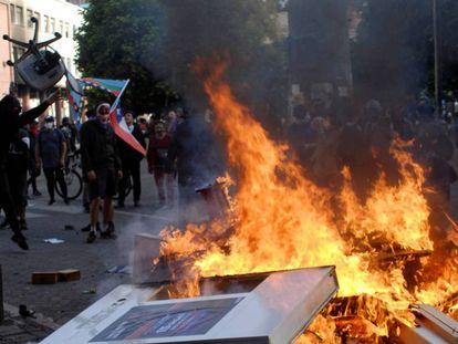 Fuego en una barricada montada durante una protesta en la ciudad chilena de Concepción, el pasado martes. En vídeo, declaraciones de Piñera.