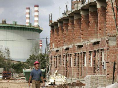 Edificios en construcción junto a las industrias químicas del Serrallo en Almassora en el año 2006.