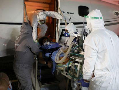 Una mujer embarazada y contagiada de covid-19 es trasladada a un hospital en mayo de 2020, en Manaos.
