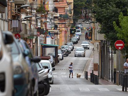 Aspecto de la calle Valencia en Sant Feliu de Guíxols (Girona), donde un hombre atacó a su pareja y a su hija.