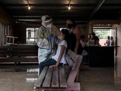 Sanitarios realizan pruebas para detectar contagios por covid-19 en un barrio de San José.