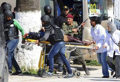 Los servicios de rescate y emergencias evacuan una víctima del atentado al Museo Bardo de Túnez, el pasado 18 de marzo.