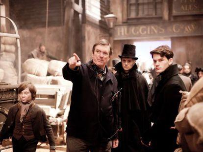 Mike Newell dirige a Jeremy Irvine en el rodaje de 'Grandes esperanzas'