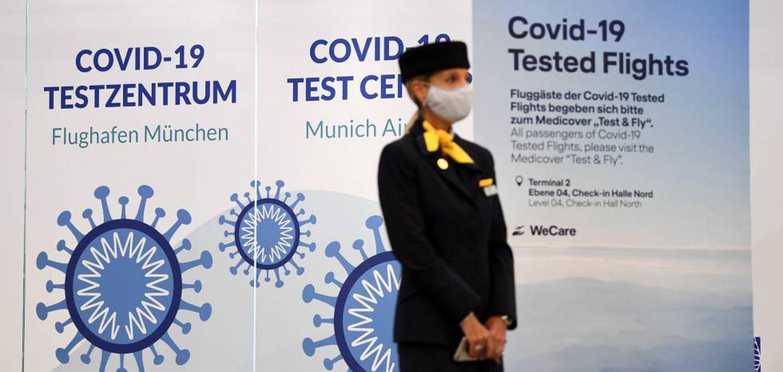 Una empleada de Lufthansa, en el 'stand' que ofrece pruebas rápidas para detectar la covid-19 en el aeropuerto de Múnich.