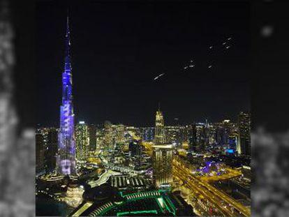 Varios paracaidistas descendieron desde las alturas de la ciudad para ofrecer un espectáculo de luces