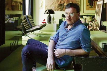 El ilustrador Jordi Labanda, fotografiado para ICON DESIGN en su casa de Barcelona.