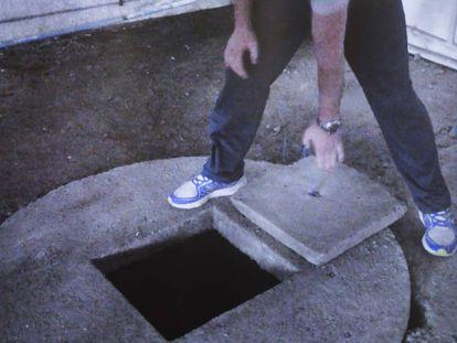Imagen de la reconstrucción del crimen, en la que el propio Abuín levanta la tapa del pozo con sus manos.