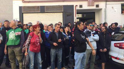 Un grupo de personas protesta contra un desahucio en Madrid.