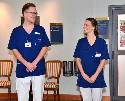 La princesa Sofía Hellqvist con un compañero de trabajo en el hospital al que se ha incorporado