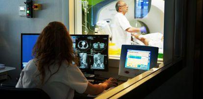 Una técnico realiza pruebas de imagen en el Hospital Vithas Perpetuo Socorro de la ciudad de Alicante.