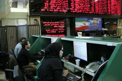 Trabajadores en la Bolsa de Teherán.