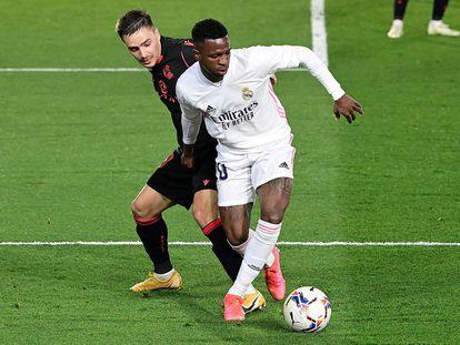 Vinicius protege el balón ante Gorosabel en el Di Stéfano.
