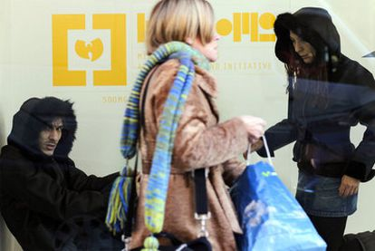 Los diseñadores Jaime (izquierda) y Yaël Barnatán, retratados con las chaquetas ayer en Madrid.