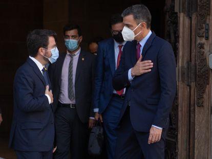 Pere Aragonès y Pedro Sánchez, el miércoles, en la entrada del palacio de la Generalitat, sede del Gobierno de Cataluña, en Barcelona.