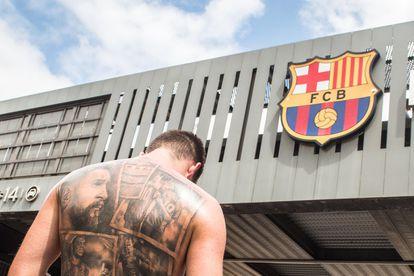 Un fan con un tatuaje de Messi, frente al Camp Nou, este domingo.