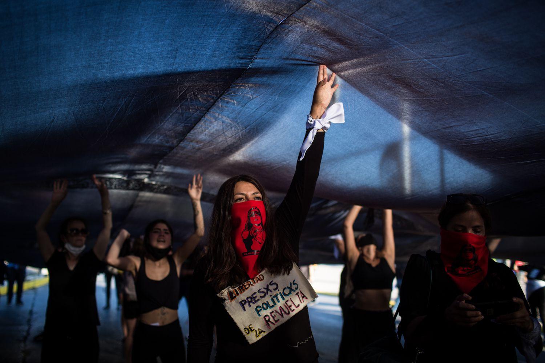 Un grupo de mujeres se reúnen en el exterior del Estadio Nacional de Santiago para pedir la liberación de los presos de las protestas.