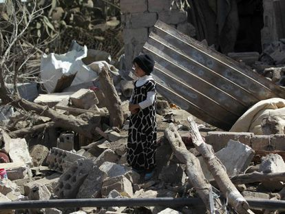 Escombros de edificios destruidos tras un ataque aéreo dirigido por la coalición de Arabia Saudí en Sanaa.