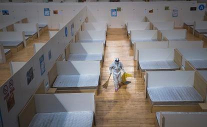 Una persona limpia un hospital improvisado en Wuhan (China), este domingo.