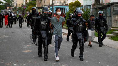 Un hombre era detenido en Arroyo de Naranjo (La Habana) el lunes, durante las protestas contra el régimen cubano.