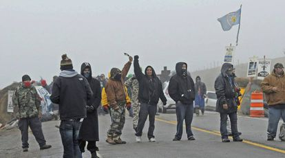 Manifestantes en una carretera de la zona donde se pretende construir el oleodcuto en Standing Rock, Dakota del Norte.