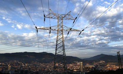 Torre de transmisión de potencia perteneciente a la red eléctrica, con la ciudad de Bilbao al fondo.