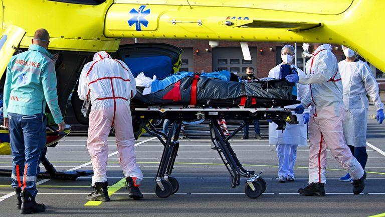 Personal médico traslada a un paciente de covid desde Almere a Münster, el 23 de octubre.