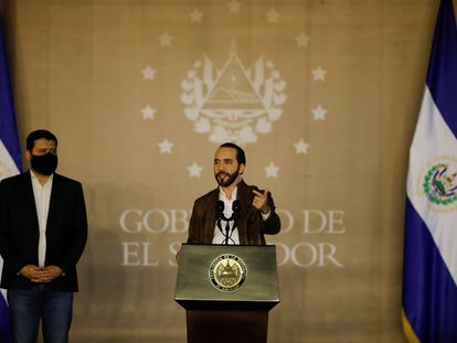 Nayib Bukele habla el 30 de septiembre de 2020 delante de su entonces ministro de Justicia y Seguridad Pública Rogelio Rivas.