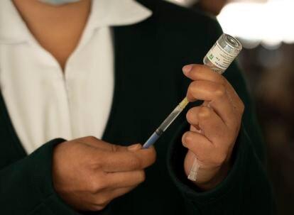 Una enfermera prepara una dosis de la vacuna contra la covid-19 de Sputnik V en Ciudad de México.