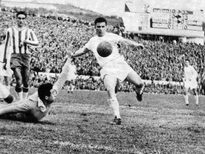 Puskas marca un gol ante Piris, portero del Granada, en la temporada 1959-1960.