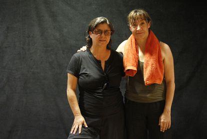 Chusa Martín y Blanca Portillo (con toalla), ayer en el descanso de un ensayo de <i>Antígona</i>.