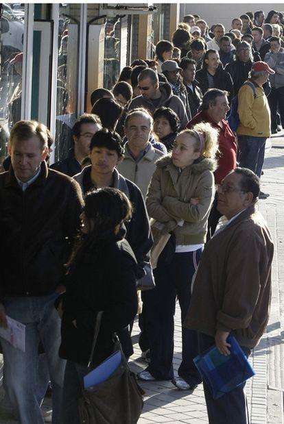 Cola de parados en una oficina de empleo de Madrid, en abril de 2009.