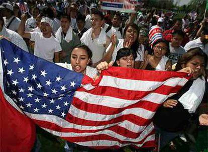 Miles de jóvenes se manifiestan por la regularización de inmigrantes ayer en Denver, Colorado (EE UU).