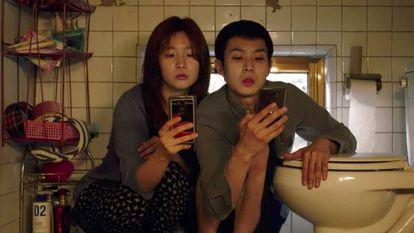 Park So-dam (izquierda) y Choi Woo-sik, en 'Parásitos'.