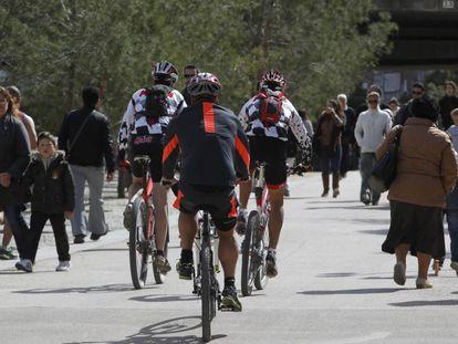 Ciclista y peatones comparten la senda ciclable de Madrid Río.