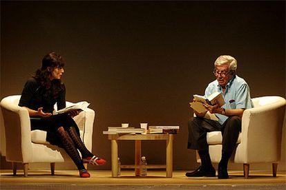 Vargas Llosa y Aitana Sánchez-Gijón, en 'La verdad de las mentiras', libro de ensayos del autor peruano adaptado al teatro.